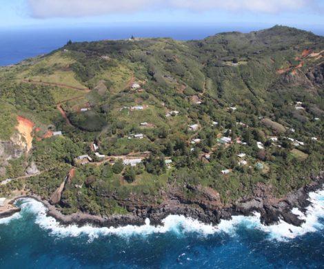 Adamstown liegt am Hügel hoch über dem Meer