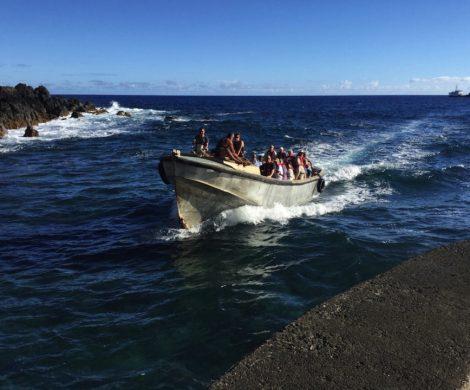 Mit dem Langboot geht es vom Kreuzfahrtschiff zur Mole auf Pitcairn