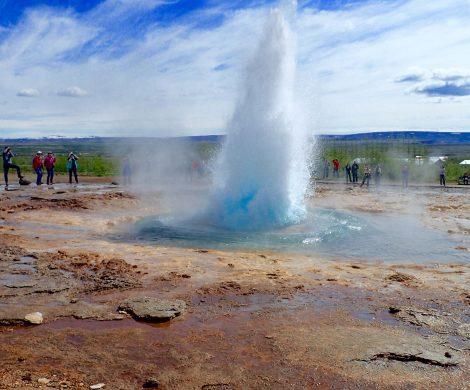 Aus einem kleinen Gysir-Springbrunnen wird ....