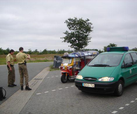 Erste Kontrolle kurz vor dem Ziel: Die deutsche Polizei nahm das Tuk Tuk unter die Lupe