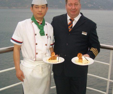 Der Hotelmanager bereitet den Apfelstrudel persönlich zu