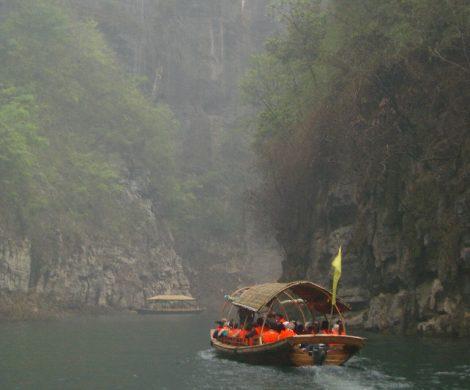 Auf den schmalen Seitenarmen des Yangtze heißt es umsteigen in kleinere Boote