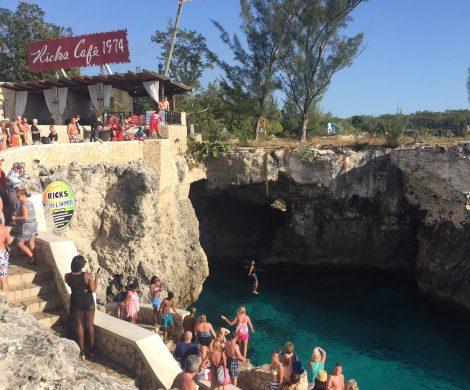 Touristen eifern den einheimischen Könnrn nach und springen von den Klippen in Rick´s Café