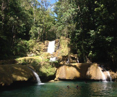 Die Wasserfälle bilden Schwimmbecken, in denen man sich erfrischen kann