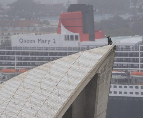 Kapitän Christophr Wells durfte zur Feier des Tages auf das Dach des weltberühmten Oprnhauses klettern