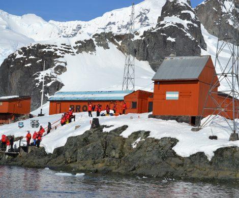 Die ehemalige argentinische Forschungsstation Brown am Paradise Harbor ist ein beliebtes Ausflugsziel – vom dortigen Aussichtspunkt rutscht man auf dem Hosenboden in einer Art Loipe wieder bergab