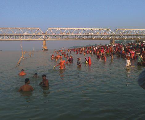 Hindus baden im heiligen Fluss Ganges