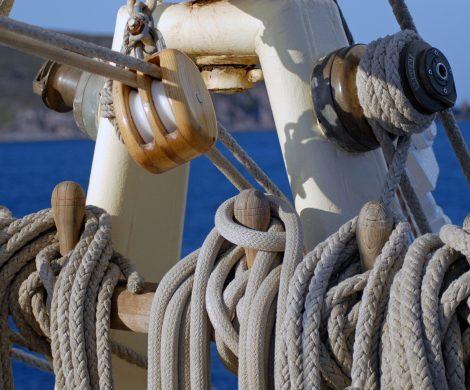 Auf einem Segelschiff sehen und spüren Passagiere noch richtige Seefahrt
