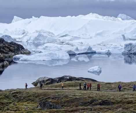 Bei einer Wanderung hat man einen perfekten Blick auf die Eisberge der Diskobucht