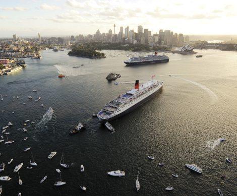 Die Queen Elizabeth und die Queen Mary 2 treffen sich während ihrer Weltreisen in Sydney.