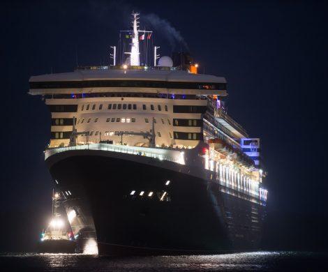 Die Queen Mary 2 bei Nacht