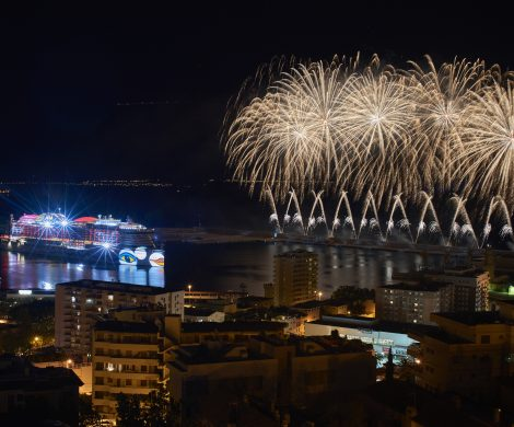 Großes Feuerwerk im Rahmen der AIDAperla-Taufe