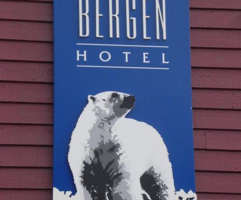 oder auf Hotelschilder - Eisbären sind in Longyearbyen allgegenwärtig