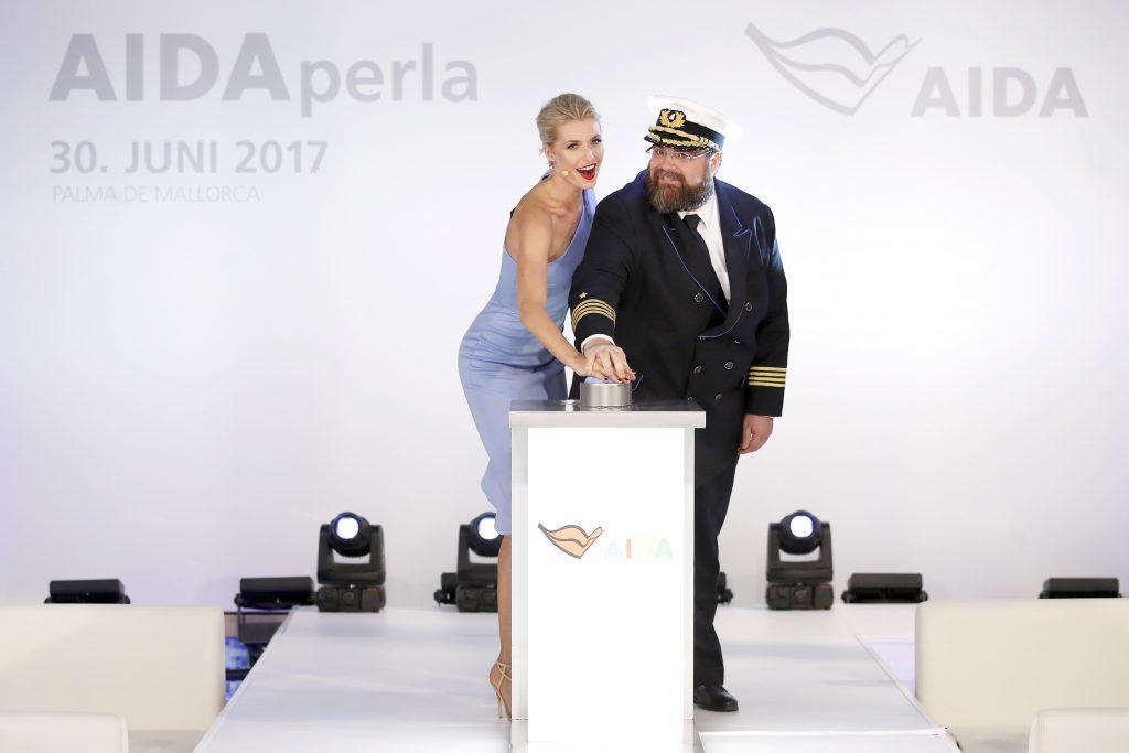 Lena Gercke und Kapitän Boris Becker taufen die AIDAperla