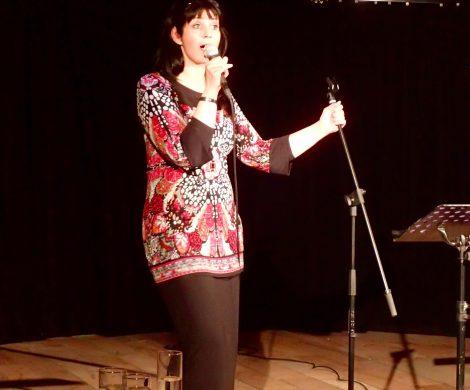 Arndis Halla singt alte isländische Balladen und Volkswiesen sowie ihre eigenen Lieder
