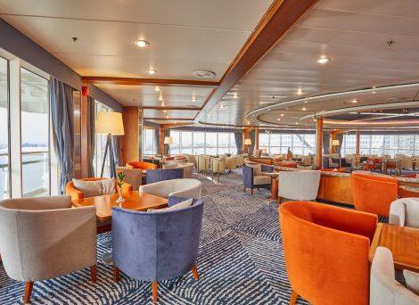 """Die beliebte Kaffee-Lounge """"Belvedere"""" am Bug des Schiffes bekam ein elegantes  Farbkonzept"""