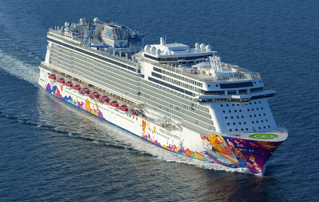 Die Meyer Werft in Papenburg hat das neue Kreuzfahrtschiff World Dream in Bremerhaven an die asiatische Reederei Dream Cruises, eine Tochter des Genting-Konzerns, abgeliefert. Etwa 75% der Kabinen sind Außenkabinen, der größte Teil dieser Kabinen hat einen eigenen Balkon.