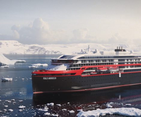 """Hurtigruten bietet in seinem neuen Katalog für 2019/20 das neue Schiff """"Roald Amundsen"""" auch ab Hamburg an. Vier Termine im Mai, Juni und Juli 2019 bieten deutschen Gästen die Möglichkeit, ein neues Schiff und die norwegische Küste zu entdecken."""