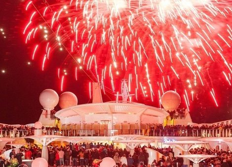 Am Silvesterabend treffen sich gleich drei AIDA-Schiffe auf Madeira, um eines der wohl atemberaubendsten Feuerwerke der Welt live mitzuerleben. AIDAprima, AIDAsol und AIDAvita liegen im Hafen von Funchal vor Anker und bieten den Gästen damit einen Logenplatz auf das Spektakel. AIDA Cruises überträgt das Spektakel am 1. Januar 2018 ab 00:45 Uhr (MEZ) live auf der AIDA Facebook Fan Seite und auf www.aida.de/silvester2017.