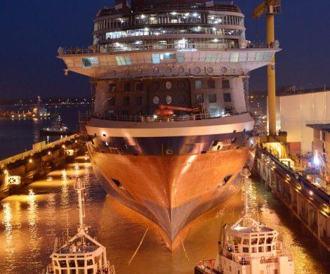 Celebrity Edge verlässt mit Hilfe von sieben Schleppbooten das Dock