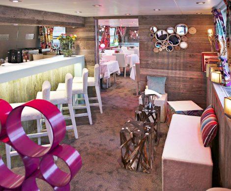 Mittelpunkt des Schiffes ist der Salon mit Restaurant und Bar