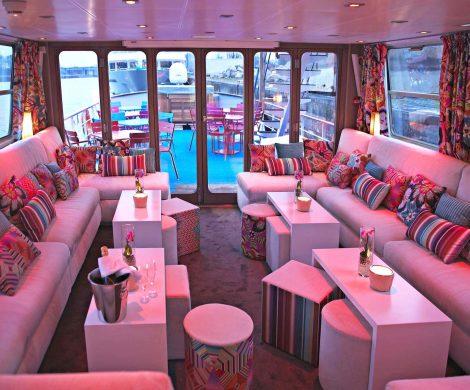 Leuchtende Farben bestimmen das Interieur des Schiffes