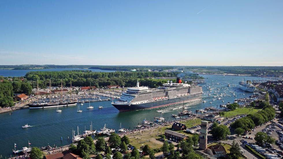 Die Queen Elizabeth der britischen Traditionsreederei Cunard Line kommt nach Lübeck. Am 7. August ist das jüngste Flottenmitglied in Travemünde und wird dort sicher wie im Jahr 2011 wieder für großen Andrang sorgen.