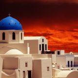 Die griechische Insel Santorini reagiert auf die zahlreichen Anläufe von Kreuzfahrtschiffen. Weil zu viele Kreuzfahrtschiffe gleichzeitig vor Anker gehen und der Besucherstrom tagsüber massiv zugenommen hat, sollen statt bisher 12.000 ab sofort nur noch maximal 8.000 Kreuzfahrtgäste zugleich von Bord gehen dürfen.