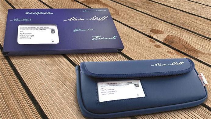 TUI Cruises hat neue Reiseunterlagen. Seit Jahresanfang werden die Taschen an alle Gäste mit Reisen ab Februar verschickt. Suiten-Gäste erhalten künftig eine Tasche aus hochwertigem, wasserabweisendem Material.