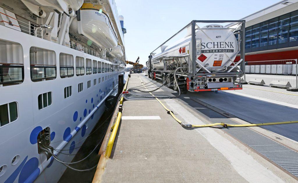 Der internationale Kreuzfahrtverband CLIA begrüßt zwar das im Koalitionsvertrag festgeschriebene Bekenntnis, Deutschland als maritimen Standort zu stärken und die Wettbewerbsfähigkeit der Häfen zu fördern. Die reine Ankündigung flächendeckend für Schiffe in deutschen Häfen Landstrom zur Verfügung zu stellen, reicht dem Lobbyverband aber nicht aus.