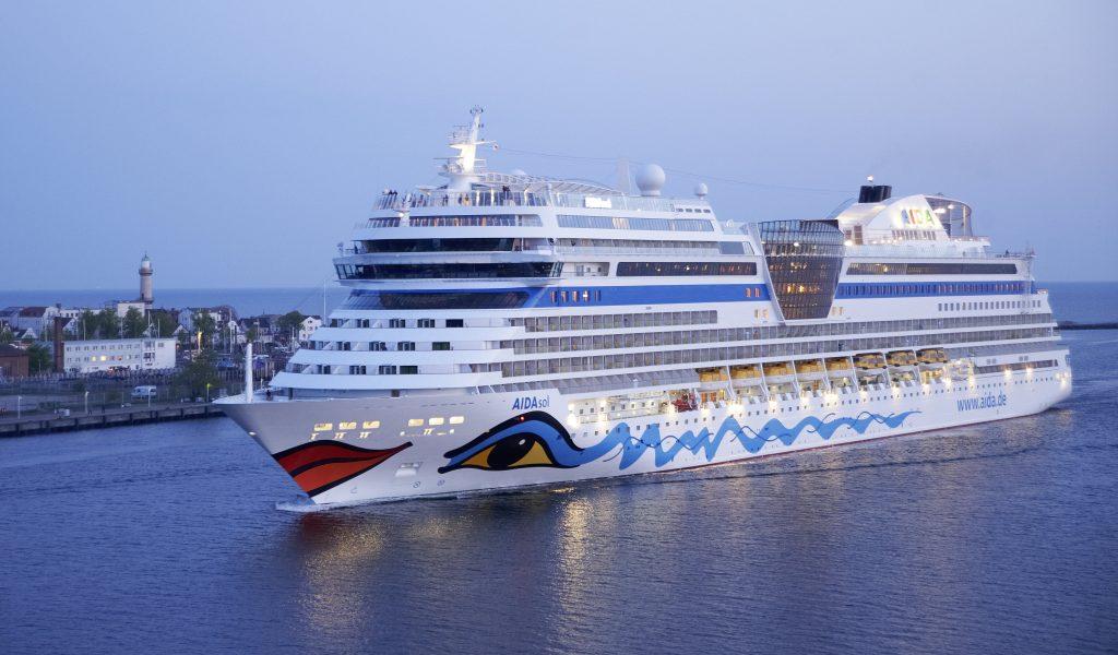 In dieser Saison gibt es in Hamburg erstmalig die Gelegenheit, gleich zwei AIDA Schiffsklassen an nur einem Tag zu besichtigen. An drei Terminen im Mai, Juni und August 2018 haben Kreuzfahrtinteressierte die Möglichkeit, an nur einem Tag sowohl AIDAperla als auch AIDAsol in Hamburg zu besichtigen.