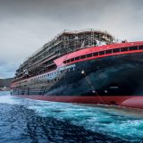 Im norwegischen Ulsteinvik ist das neue Expeditionsschiff von Hurtigruten, die Roald Amundsen, vom Stapel gelaufen. MS Roald Amundsen ist das weltweit erste Expeditionsschiff mit Hybridtechnologie.
