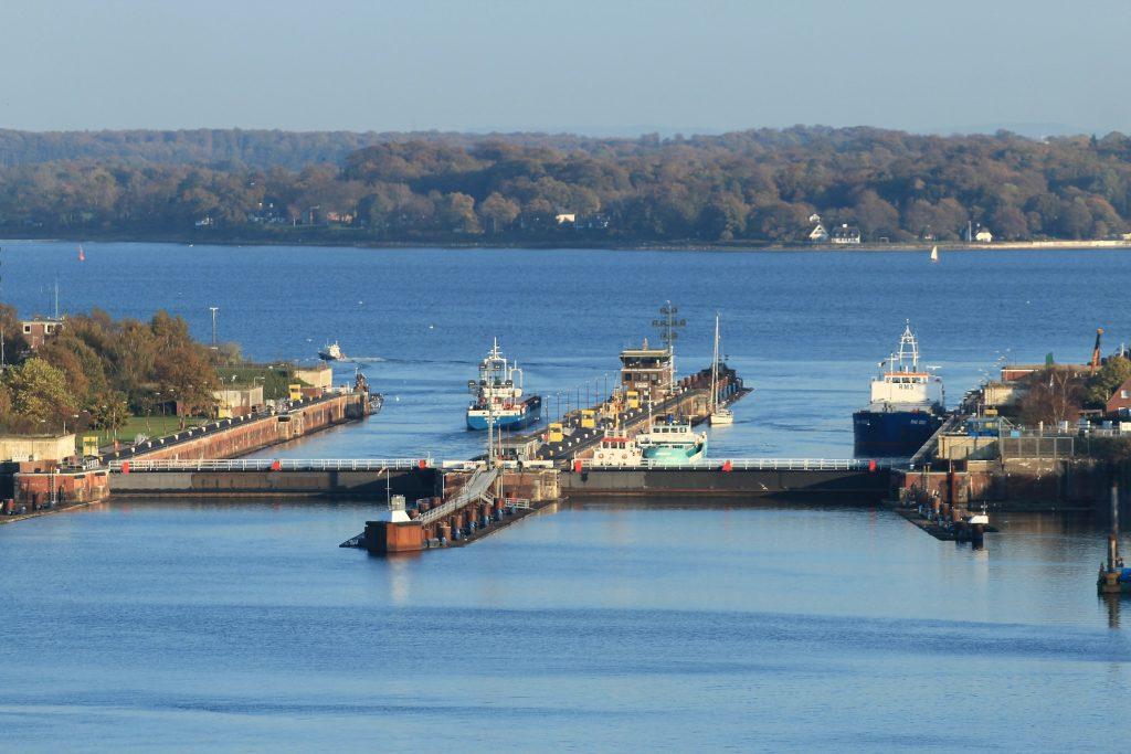 Der Unfall des Containerschiffs AKACIA, das in Kiel-Holtenau am Nord-Ostsee-Kanal mit einem Schleusentor kollidierte und dies erheblich beschädigte, hat gravierende Konsequenzen. Die Reparatur wird erheblich teurer als bislang angenommen. Mehr 20 Millionen Euro soll die Bergung und Instandsetzung kosten.