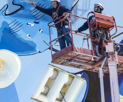 Die Norwegian Bliss, 16. Schiff der Flotte von Norwegian Cruise Line, das derzeit in der Meyer Werft in Papenburg gebaut wird, ist fast fertig: Der amerikanische Künstler Robert Wyland schloss jetzt die markante Schiffsbemalung des eigens für Alaska-Kreuzfahrten konzipierten Neubaus ab.