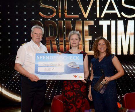 Kapitän Detlef Harms übergab einen Spendenscheck in Höhe von 10.000 Euro
