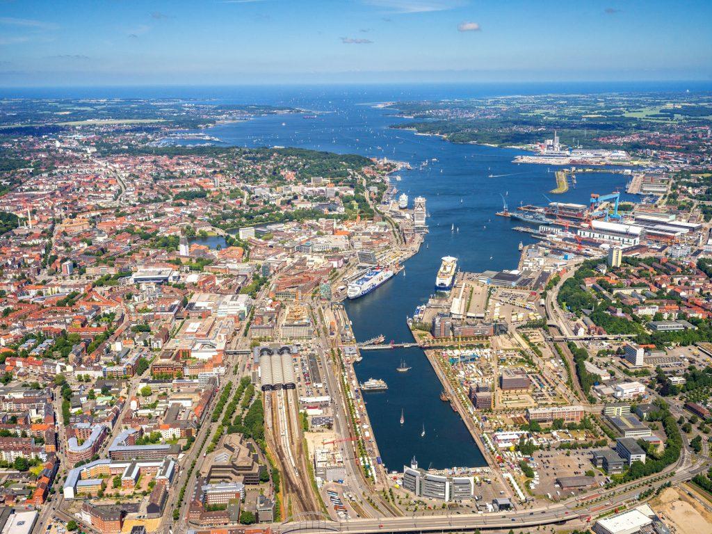 Der Hafen Kiel hat in Zusammenarbeit mit der Landeshauptstadt Kiel ein Konzept für eine nachhaltige und umweltorientierte Entwicklung erarbeitet. BLUE PORT KIEL beschreibt in drei Handlungsfeldern Strategien und Initiativen zu Energieeffizienz, der Reduzierung von Emissionen sowie der Verlagerung von Hinterlandtransporten auf die Schiene.