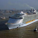 Mit der neuen Symphony of the Seas von Royal Carribean International ist jetzt das größtes Kreuzfahrtschiff der Welt in Dienst gestellt worden. Die nackten Zahlen sind beeindruckend: 228.081 Bruttoregistertonnen Gewicht, 6.680 Passagiere, 2.759 Kabinen, 2.200 Crewmitglieder, 18 Decks und mehr als 20 Restaurants.