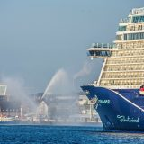 Die neue Mein Schiff 1, der jüngste Neubau von TUI Cruises, ist zum Erstanlauf im Kieler Seehafen eingetroffen. Wenige Tage nach seiner Übergabe im finnischen Turku ist Kiel der erste deutsche Passagierhafen, in dem sich der Neubau präsentiert.