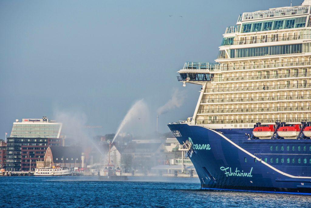 Neue Mein Schiff 1 Erstmals In Deutschem Hafen