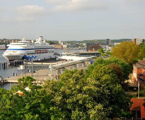 Der Seehafen Kiel, die schleswig-holsteinische Landesregierung und Aida Cruises unterzeichneten eine Absichtserklärung, nach der AIDAluna und AIDAbella ab nächstem Jahr während ihrer Aufenthalte mit Landstrom versorgt werden. Der Seehafen Kiel wird für acht Millionen Euro die zur Umwandlung des Stroms erforderliche Landstation und die Anschlüsse für zunächst einen Liegeplatz am Ostseekai bauen.