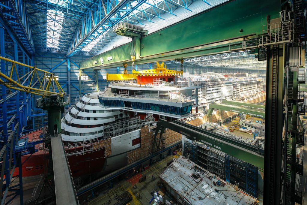 Die AIDAnova, die derzeit auf der Meyer Werft in Papenburg gebaut wird, bekommt die größte Brücke der gesamten Flotte. Mit der Monatge der Brücke ist jetzt der letzte der 90 Baublöcke auf den Schiffskörper von AIDAnova montiert worden. Damit ist der Blockbau des Schiffs abgeschlossen.