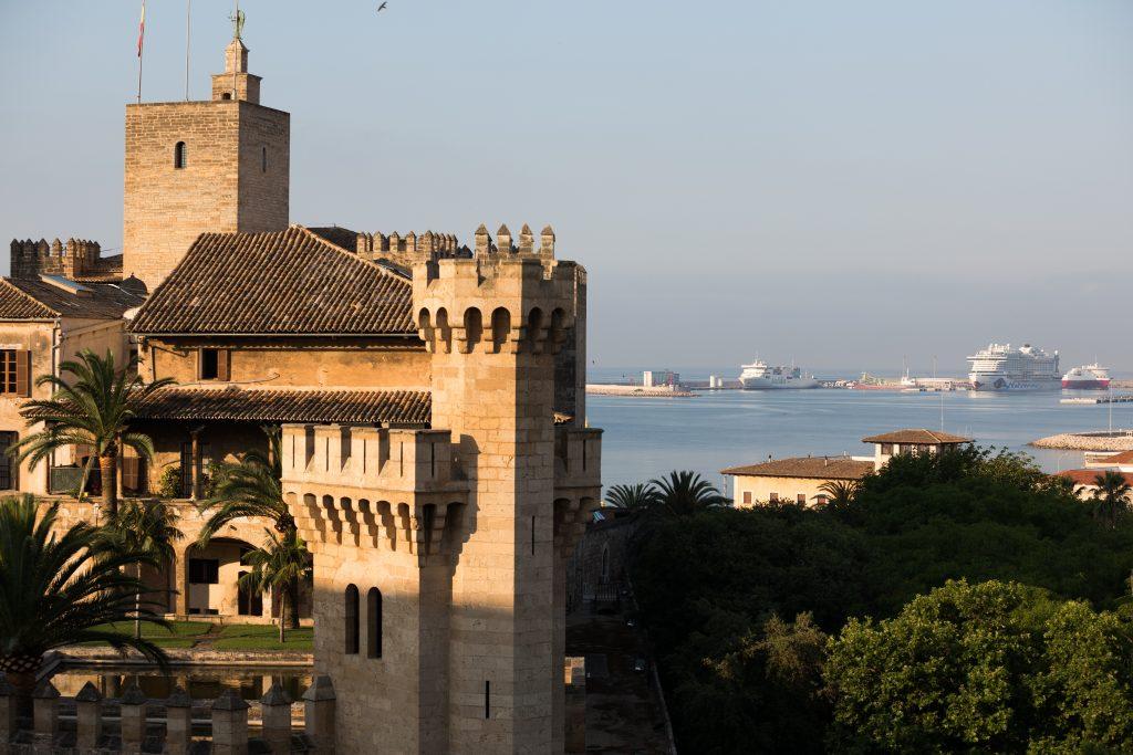 Viele beliebte Hafenstädte beklagen mittlerweile die Flut von Kreuzfahrt-Passagieren, die in der Saison über sie hereinbricht. In Palma de Mallorca kamen jetzt mehr als 12.000 Kreuzfahrt-Passagiere an einem einzigen Tag gemeinsam auf die Insel und verstopften die engen Gassen.