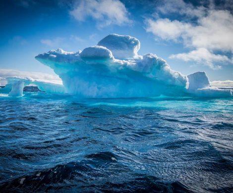Das Eis schillert in vielen Blautönen