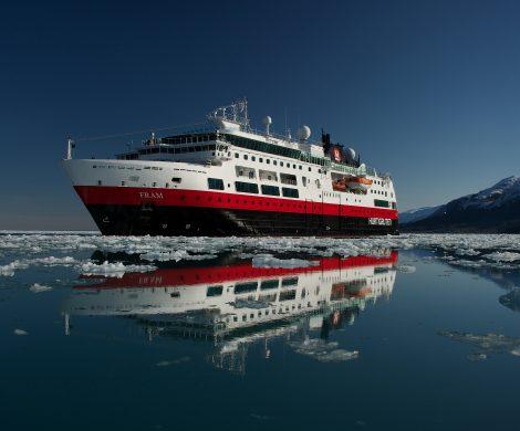 Seit 1893 sind die Hurtigruten Schiffe Teil der norwegischen Küstenfahrten. Vor 125 Jahren, am 2. Juli 1893, stach der norwegische Kapitän und Reeder Richard With mit seinem Dampfschiff Vesterålen in See und machte sich auf, das südliche Norwegen mit dem hohen Norden des Landes zu verbinden.