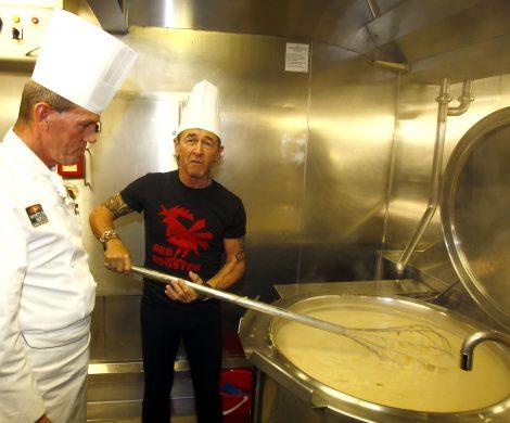 Mit Küchenchef Klaus Kremer 250 Liter Suppe rühren