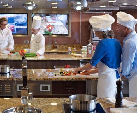 Oceania Cruises führt 16 neue Kochkurse an Bord der O-Klasse Kreuzfahrtschiffe Marina und Riviera ein. Im Culinary Center kochen die Gäste unter Anleitung von erfahrenen Köchen und Gastronomen, die von renommierten Experten ausgebildet wurden. Die Kochkurse werden erstmals zum Start der Europasaison im Mai angeboten.