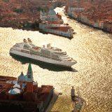 Umweltverschmutzung durch Abgase und Übertourismus durch große Kreuzfahrtschiffe - die Kreuzfahrtbranche gefährdet das Weltkulturerbe warnt die UNESCO. Jetzt soll Venedig wegen dieser Gefährdung in die schwarze Liste der gefährdeten Weltkulturerbestätten aufgenommen werden.