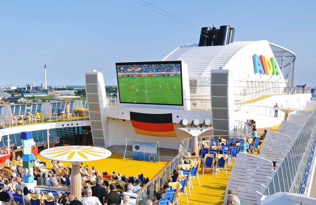 Auf allen zwölf AIDA Schiffen werden sämtliche Spiele der Fußball-WM aus Russland live übertragen. Jedes Spiel mit deutscher Beteiligung ist an Bord ein Event und wird auf großen LED-Leinwänden im Theatrium, auf dem Pooldeck und im Four-Elements ausgestrahlt.