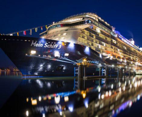 Die Mein Schiff 3 von TUI Cruises sitzt in der englischen Hafenstadt Southampton fest: Die eigentlich vorgesehene Ausfahrt verzögert sich auf eine noch unbestimmte Zeit. Wann der Zielhafen der Kreuzfahrt in Bremerhaven angelaufen werden kann, ist zum jetzigen Zeitpunkt noch vollkommen unklar.