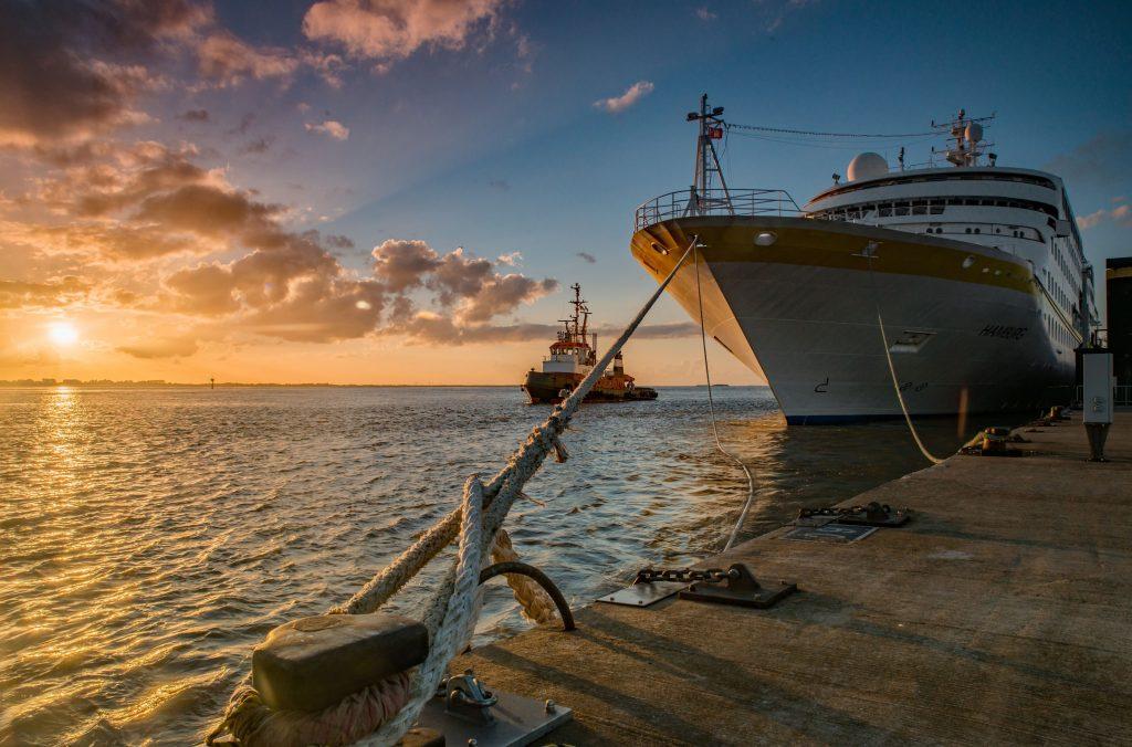 Die MS Hamburg hat nach einem Sturm zwangsweise sechs Tage in Dublin verbringen müssen, weil in einem Sturm ein Rettungsboot stark beschädigt wurde.
